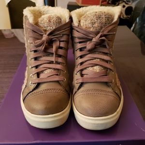 Madden girl taupe leather/quilted sneaker